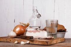 Aún-vida con manteca de cerdo y vodka Fotos de archivo libres de regalías
