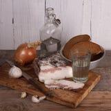 Aún-vida con manteca de cerdo y vodka Fotografía de archivo