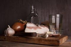 Aún-vida con manteca de cerdo y vodka Fotos de archivo