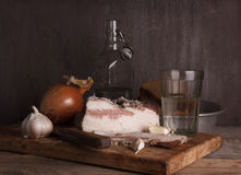 Aún-vida con manteca de cerdo y vodka Foto de archivo libre de regalías