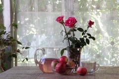 Aún-vida con manzanas, un ramo de rosas y la compota de la manzana Fotografía de archivo