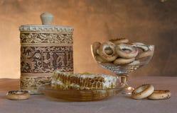 Aún-vida con mercancías y miel Imagen de archivo