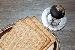 Aún-vida con pan judío del passover del vino y del matzoh Foto de archivo