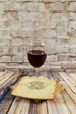 Aún-vida con pan judío del passover del vino y del matzoh Fotografía de archivo libre de regalías