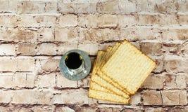 Aún-vida con pan judío del passover del vino y del matzoh Imágenes de archivo libres de regalías