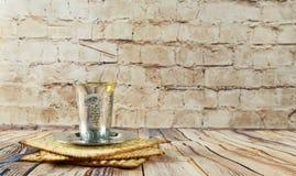 Aún-vida con pan judío del passover del vino y del matzoh Imagen de archivo