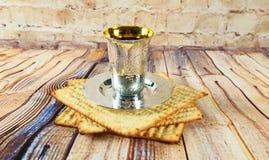 Aún-vida con pan judío del passover del vino y del matzoh Imagenes de archivo