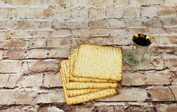 Aún-vida con pan judío del passover del vino y del matzoh Fotos de archivo