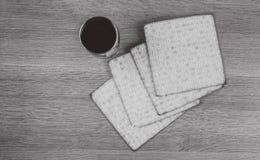 Aún-vida con pan judío del passover del vino y del matzoh Fotografía de archivo