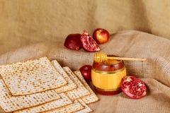 Aún-vida con pan judío del passover del vino y del matzoh Foto de archivo libre de regalías