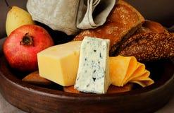 Aún-vida con queso, fruta y pan Foto de archivo libre de regalías