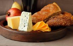 Aún-vida con queso, fruta y pan Imagen de archivo libre de regalías