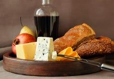 Aún-vida con queso, fruta y pan Fotos de archivo libres de regalías