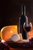 Aún-vida con queso, la uva y el vino. Foto de archivo libre de regalías
