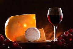 Aún-vida con queso, la uva y el vino. Imágenes de archivo libres de regalías