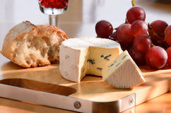 Aún-vida con queso verde, la uva y el pan. Fotografía de archivo libre de regalías