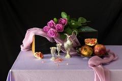 Aún-vida con rosas y granada Fotos de archivo