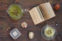Aún-vida con té verde y un libro Imágenes de archivo libres de regalías