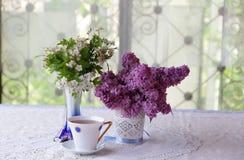 Aún-vida con té y un ramo de la lila Foto de archivo libre de regalías