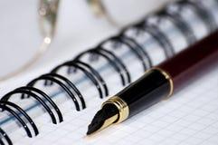 Aún-vida con un cuaderno. Fotografía de archivo