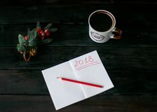 Aún-vida con un cuaderno con una inscripción roja 2018, una taza de café Imagen de archivo