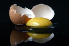 Aún-vida con un huevo quebrado imagen de archivo