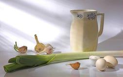 Aún-vida con un jarro, cebollas Foto de archivo libre de regalías