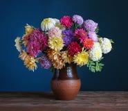Aún-vida con un ramo de flores del otoño Foto de archivo