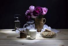 Aún-vida con un ramo de rosas Imagenes de archivo