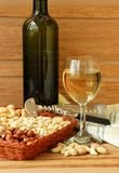 Aún-vida con un vidrio de vino y de nueces Foto de archivo libre de regalías