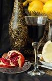 Aún-vida con un vidrio del vino y de la granada Imagen de archivo libre de regalías