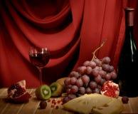 Aún-vida con un vino, queso y uvas Imagen de archivo libre de regalías