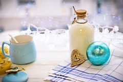 Aún-vida con una botella, cuenco de azúcar, una bola del ` s del Año Nuevo Imágenes de archivo libres de regalías