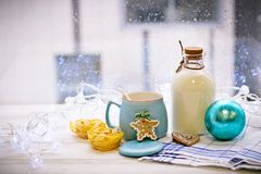 Aún-vida con una botella, cuenco de azúcar, una bola del ` s del Año Nuevo Imagenes de archivo