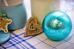 Aún-vida con una botella, cuenco de azúcar, una bola del ` s del Año Nuevo Imagen de archivo