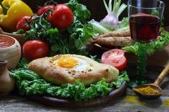 Aún-vida con una empanada y un ljulja-kebab Foto de archivo