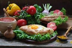 Aún-vida con una empanada y un ljulja-kebab Fotografía de archivo