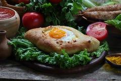 Aún-vida con una empanada y un ljulja-kebab Imágenes de archivo libres de regalías