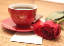 Aún-vida con una rosa y la carta Fotografía de archivo libre de regalías
