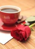Aún-vida con una rosa y la carta Imagen de archivo libre de regalías