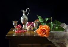 Aún-vida con una rosa y una granada Fotografía de archivo libre de regalías