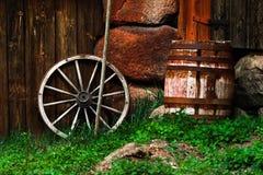 Aún-vida con una rueda y un barril viejos Imágenes de archivo libres de regalías