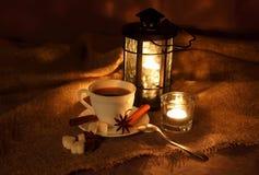 Aún-vida con una taza de café caliente Imágenes de archivo libres de regalías