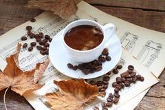 Aún-vida con una taza de café, de hojas de otoño y de notas Fotografía de archivo libre de regalías