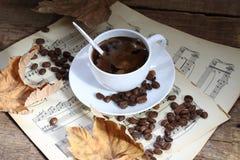 Aún-vida con una taza de café, de hojas de otoño y de notas Foto de archivo libre de regalías