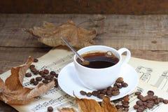 Aún-vida con una taza de café, de hojas de otoño y de notas Imágenes de archivo libres de regalías