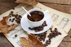 Aún-vida con una taza de café, de hojas de otoño y de notas Imagen de archivo libre de regalías
