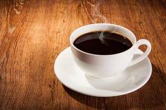 Aún-vida con una taza de café sólo y de granos de café asados Fotografía de archivo libre de regalías