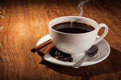 Aún-vida con una taza de café sólo y de granos de café asados Imagen de archivo