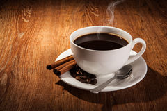 Aún-vida con una taza de café sólo y de granos de café asados Fotos de archivo libres de regalías